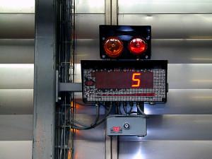 Afficheur HF 87-2 installé sur une ligne de production pour le pesage des pièces