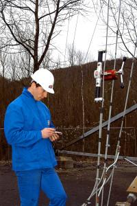 Contrôle des haubans sur une antenne GSM à l'aide d'un tensiomètre HF 36-2.