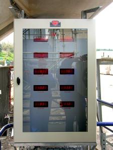 Dispositif de pesage destiné à mesurer le poids des paniers dans une tour réfrigérante